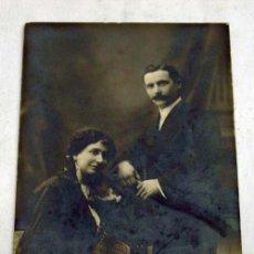 Alte Fotografie - Foto postal Unión Universal pareja mujer sentada y hombre de pie estudio Busquets Barcelona Pp S XX - 8878393