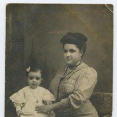 Fotografía antigua: NYSSEN. BARCELONA. BONITA FOTOGRAFÍA DE SEÑORA CON SU NIÑA. CIRCA 1910. Lote 24311105