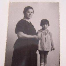 Fotografía antigua: ANTIGUA FOTO DE SEÑORA CON NIÑA- (13.5 X 8.5 CM)-. Lote 16236604