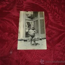 Fotografía antigua: POSTAL FOTOGRFICA NIÑO EN LA PLAYA. Lote 9592936