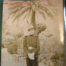 Fotografía antigua: FOTO TAMAÑO POSTAL, SOLDADO PASEO . Lote 2680928
