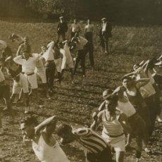 Fotografía antigua: DEPORTISTAS. TABLA DE GIMNASIA. INTERESANTE FOTOGRAFÍA DE DEPORTISTAS. CIRCA 1925. BCN. Lote 16100823