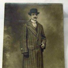 Fotografía antigua: FOTO POSTAL CABALLERO POSANDO ABRIGO RAYAS SOMBRERO HONGO Y MOSTACHO ESTUDIO PP S XX. Lote 10207612