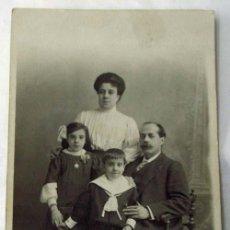 Fotografía antigua: FOTO POSTAL FAMILIA POSANDO ESTUDIO CELEDONIO P LÓPEZ PP S XX. Lote 10218775