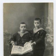 Fotografía antigua: DOS HERMANOS. NIÑOS VESTIDOS DE MARINERO Y LEYENDO EL PERIODICO.F: E. MARSELL. BCN. CIRCA 1925. Lote 25360596