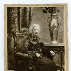 Fotografía antigua: DAMA. ELEGANTÍSIMA SEÑRA Y JARRÓN.. F: ROVIRA. BCN. 1900. Lote 17681172