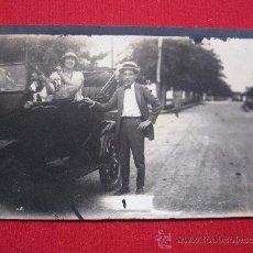 Fotografía antigua: FOTOGRAFIA CON COCHE. Lote 12762300