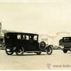 Fotografía antigua: FOTOGRAFIA DE COCHE ANTIGUO EN EL PUERTO DE BARCELONA . Lote 13640894