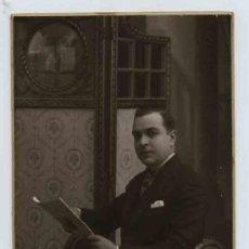 Fotografía antigua: CABALLERO LEYENDO. F: J. ALONSO. BCN. CIRCA 1925. Lote 26765121