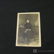 Fotografía antigua: FOTOGRAFIA ANTIGUA TIPO TARJETA POSTAL - MUJER POSANDO CON FLORES EN LA MANO. Lote 24016080