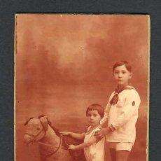 Fotografía antigua: FOTO ANTIGUA CON NIÑOS Y CABALLO DE CARTON (FOTOGRAFIA ALONSO, BARCELONA). Lote 16008438