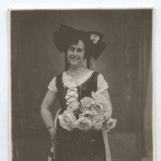 Fotografía antigua: SEÑORA. DISFRAZ Y RAMO DE FLORES. CIRCA 1930. Lote 16035433