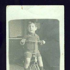 Fotografía antigua: FOTO-POSTAL DE UN NIÑO CON UNA BICICLETA. Lote 16779535