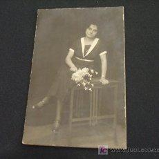 Fotografía antigua: SEÑORITA POSANDO CON FLORES EN LA MANO - . Lote 18440303