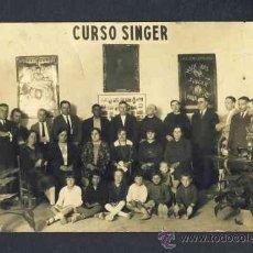 Fotografía antigua: FOTO POSTAL DE UN CURSO DE MAQUINAS DE COSER SINGER. LOCALIZACION DESCONOCIDA. Lote 19226820