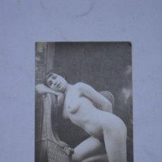 Fotografía antigua: EROTICA.FOTOGRAFIA DESNUDO FEMENINO EN TARJETA TIPO POSTAL BV 218. SELLO AQUILINO MADRID. . Lote 22424955