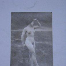 Fotografía antigua: EROTICA.FOTOGRAFIA DESNUDO FEMENINO EN TARJETA TIPO POSTAL BV 206. SELLO AQUILINO MADRID. . Lote 26326818