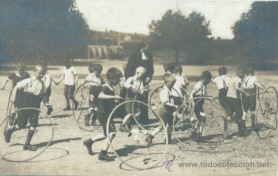 La Salle Ninos Jugando Al Aro Hacia 1920 Comprar Fotografias