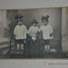 Fotografía antigua: BONITA TARJETA POSTAL DE TRES NIÑA CON LAZITO DE SANT FELIU DE GUIXOL. Lote 27010895