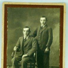 Fotografía antigua: FOTO POSTAL DOS CABALLEROS TRAJE SILLÓN THONET Y ALFOMBRA LEOPARDO ESTUDIO PRIETO VALDEPEÑAS PP S XX. Lote 23796481