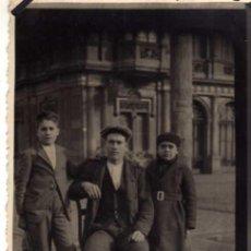 Fotografía antigua: ANTIGUA FOTOGRAFIA - PADRE E HIJOS - AÑO 1921 - MEDIDAS 13 X 8 CM.. Lote 26286533