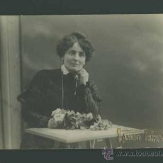 Fotografía antigua: DAMA MODERNISTA DE NEGRO CON RAMO DE FLORES Y SENTADA. F: AMER. BARCELONA. C. 1900. Lote 26156839