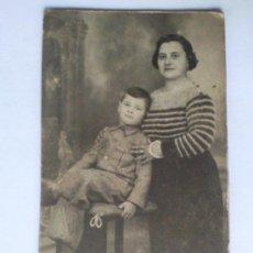 Fotografía antigua: TARJETA POSTAL, MADRE POSANDO CON SU HIJO, AÑOS 30. Lote 27769191