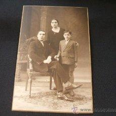 Fotografía antigua: FAMILIA POSANDO - MODERN STUDI XAVIER PELLICER - RDA. SAN PABLO, 16 - BARCELONA - . Lote 27826976
