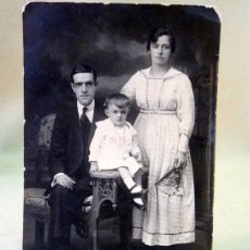 Fotografía antigua: FOTOGRAFIA, FOTO POSTAL, RETRATO DE FAMILIA, BUENOS AIRES, ARGENTINA, 13 X 8 CM. Lote 28611035