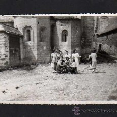 Fotografía antigua: ANTIGUA FOTOGRAFIA - GRUPO ANTE LA IGLESIA DE BETREN (VALLE DE ARAN). Lote 28989593