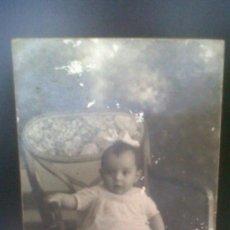 Fotografía antigua: ANTIGUA TARJETA POSTAL FOTOGRAFICA NIÑA SOBRE SILLA EL TREBOL AVE MARIA E. VAZQUEZ MADRID 1926. Lote 29336768