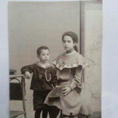 Fotografía antigua: FOTOGRAFIA ANTIGUA , HERMANOS POSANDO. Lote 29662611