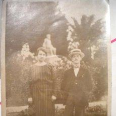 Fotografía antigua: TARJETA POSTA DE UNA PAREJA EN LA CARRETERA DE MONTJUIC AÑO 1923.. Lote 29688959
