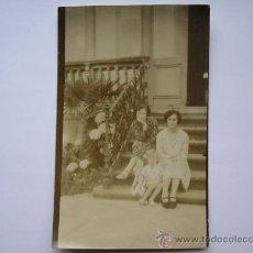 Fotografía antigua: FOTO POSTAL ANTIGUA, JOVENES SENTADAS EN LA ESCALERA DE SU CASA EN RIBADESELLA(ASTURIAS).. Lote 30811277