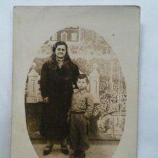 Fotografía antigua: FOTOGRAFIA POSTAL ANTIGUA, MADRE ACOMPAÑADO DE SU HIJO. Lote 31928794