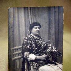 Fotografía antigua: FOTOGRAFIA, TARJETA POSTAL, MUJER SENTADA, SEÑORA, BUÑOL, VALENCIA, 1915. Lote 31969942