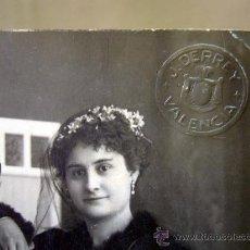 Fotografía antigua: FOTOGRAFIA, TARJETA POSTAL, PAREJA, BODA, ESTUDIO DERREY, VALENCIA, 1917. Lote 31970255