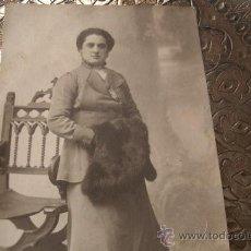 Fotografía antigua: TARJETA POSTAL ORIGINAL DE VENANCIO GOMBAU - SALAMANCA PRINCIPIOS DEL XX - SEÑORA CON ABRIGO . Lote 32091955