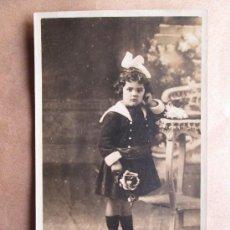 Fotografía antigua: HERMOSA NIÑA CON UNA FLOR. BEAUTIFUL GIRL WITH A FLOWER, BELLE FILLE AVEC UNE FLEUR. Lote 32631592