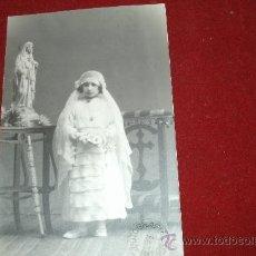Fotografía antigua: FOTO POSTAL ORIGINAL ESTUDIO PAZOS - CIUDAD RODRIGO PRINCIPIOS DEL XX -NIÑA DE COMUNIÓN REZANDO . Lote 32735940
