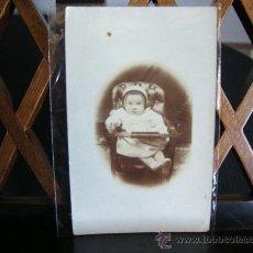 Fotografía antigua: FOTOGRAFIA DE BEBE EN POLTRONA Y GORRO. TARJETA POSTAL. Lote 33468174