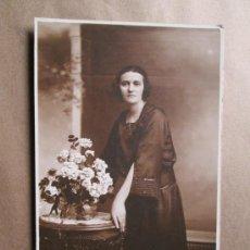 Fotografía antigua: MUJER CON RAMO DE FLORES. WOMAN WITH BOUQUET OF FLOWERS, SEPIA FOTO BASELLI URUGUAY. Lote 33533058