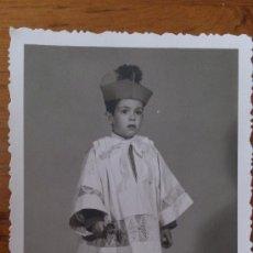 Fotografía antigua: ANTIGUA FOTOGRAFIA NIÑO MONAGUILLO IGLESIA VILLENA ALICANTE. Lote 33858347
