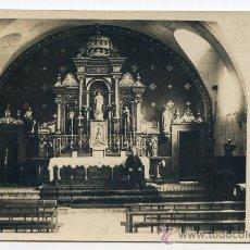 Fotografía antigua: INTERIOR DE IGLESIA CON SACERDOTE SENTADO ANTE EL ALTAR, A IDENTIFICAR, FOTOGRÁFICA. Lote 34051624