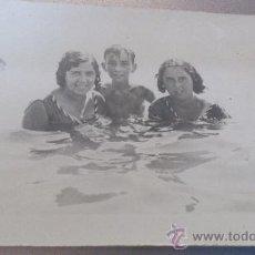 Fotografía antigua: ANTIGUA FOTOGRAFIA TARJETA POSTAL RECORTADA BAÑISTAS PLAYA. Lote 35254629