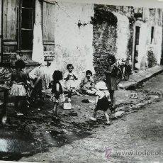 Fotografía antigua: NIÑOS JUGANDO. Lote 35976342