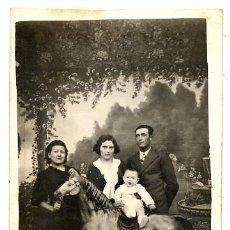 Fotografía antigua: RETRATO FAMILIA CON CABALLO CARTON TARJETA POSTAL . Lote 36220104