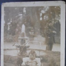 Fotografía antigua: FOTOGRAFIA/TARJETA POSTAL, NIÑO EN COCHECITO, PARQUE DE TORTOSA, TARRAGONA, 1933, (1133) . Lote 36429251