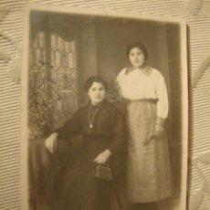 Fotografía antigua: ANTIGUA FOTOGRAFIA ORIGINAL TARJETA POSTAL, NIÑA CON JUGUETE MUÑECA, CA. 1920/30. Lote 37092290