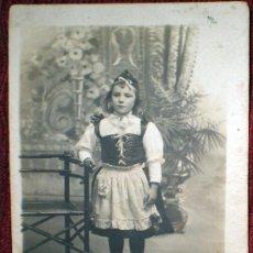 Fotografía antigua: FOTO POSTAL ANTIGUA DE UNA NIÑA CON TRAJE REGIONAL-R GUILLEMINOT, BOESPFLUG ET CIE PARÍS. Lote 37115125